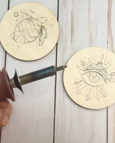 How to turn a wooden disc into a Seeing eye coasters with easy wood burning tutorial video holz Wood burning DIY Coaster Tutorial Wood Burning Tips, Wood Burning Crafts, Wood Burning Patterns, Wood Burning Projects, Wooden Art, Wooden Crafts, Cork Crafts, Wooden Decor, Diy Crafts
