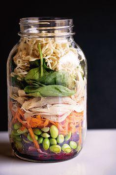 Ingrédients : 2 c. à thé (10 ml) de vinaigre de riz 1 c. à thé (5 ml) de sauce … Salad Recipes, Healthy Recipes, Pots, Salad In A Jar, Lunch Meal Prep, Cold Meals, Mason Jars, Pot Mason, Cucumber