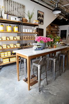love those shelves and yellow jars