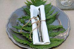 Rustikale Tischdekoration mit Farnblatt und Jutekordel ❤️