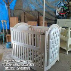 Box bayi minimalis putih cantik merupskan produk tempat tidur bayi yang mempunya model terbaru. Bahan baku yang digunakan kayu mahoni dan modelnya dikombinasikan dengan jok yang ada disamping-sampingnya. Box bayi ini cocok sekali buat bayi anda jadi silahkan pilih produk tersebut sebagai tempat tidur bayi anda.