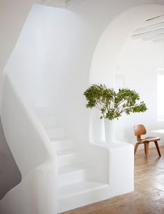 Love the all white look, the round edges and the craft of the stairs. Looks great. White summer retreat in Greece