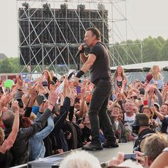 "From ""LIVEBLOG The Boss is begonnen! Trapt af met 'Badlands'"" story by omroepwest on Storify — https://storify.com/omroepwest/liveblog-bruce-springsteen-op-malieveld"