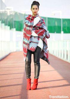 Pantalón de cuero,poncho y botas rojas.
