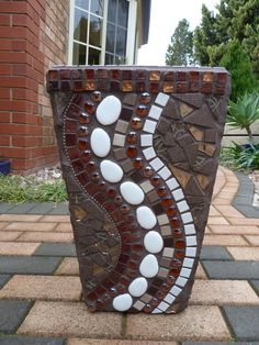 mosaic pots with pebbles Mosaic Planters, Mosaic Garden Art, Mosaic Vase, Mosaic Flower Pots, Pebble Mosaic, Mosaic Tiles, Mosaics, Mirror Mosaic, Mosaic Crafts