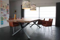 Houten tafel met stalen frame