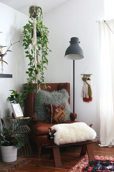 Cosy corner with brown leather chair, footstool, hanging plants and a floor lamp Interior Exterior, Home Interior, Interior Design, Interior Colors, My Living Room, Living Spaces, Deco Nature, Cosy Corner, Le Far West