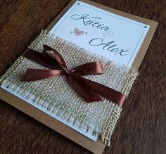 Resultado de imagem para casamento rustico economico Projects To Try, Gift Wrapping, Gifts, Wedding Ideas, Wedding Things, Cheap Invitations, Invitation Cards, Wedding Invitations, Weddings