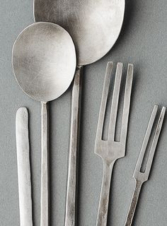 How can design feel bold yet delicate, and naive yet elegant? Yumi Nakamura shows us how with her nickel silver cutlery. Japan Design, Design Japonais, Silver Cutlery, Flatware, Nickel Silver, Decoration Table, Wabi Sabi, Home Accessories, Home Goods