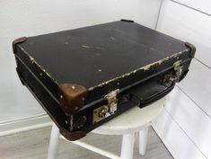 Vanha pienikokoinen matkalaukku