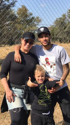 Neymar, Nadine & Davi in South Africa Neymar Family, Barcelona Now, Neymar Brazil, Neymar Pic, Best Player, Football Fans, Psg, Cristiano Ronaldo, Football Players