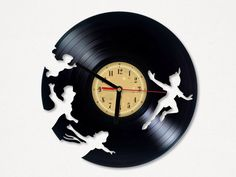 Vinyl Clock - Peter Pan. Upcycling product made from vinyl records. Cool gift ideas for music lovers. door TheVinylEatersShop op Etsy https://www.etsy.com/nl/listing/220249238/vinyl-clock-peter-pan-upcycling-product
