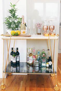 Interior Decorating Plans for your Home Bar – Gold Bar Cart Home Bar Decor, Bar Cart Decor, Mini Bars, Bar Sala, Apartment Bar, Apartment Ideas, Objet Deco Design, Gold Bar Cart, Bar Cart Styling