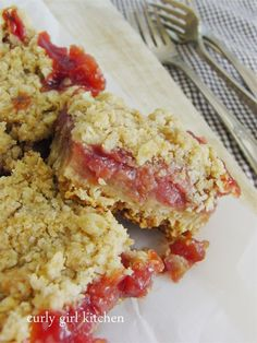 Oatmeal Bars Rhubarb Oatmeal Bars- I doubled the recipe, and used a 2 cans of strawberry rhubarb pie filling for the filling, squished it all into a pan and served warm with whipping topping.Rhubarb Oatmeal Bars- I doubled the recip Just Desserts, Delicious Desserts, Dessert Recipes, Bar Recipes, Detox Recipes, Cream Recipes, Rhubarb Oatmeal Bars, Rhubarb Custard Bars, Oatmeal Squares