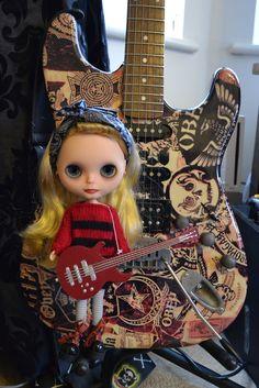 Peggy likes guitars :)