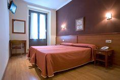 Habitación del Hostal Persal, junto a la Puerta del Sol de Madrid.