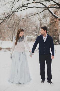 Зимние невесты могут быть роскошными и элегантными, трогательными и нежными... Мы собрали для вас 22 образа для вдохновения. Какой из них выберете вы?
