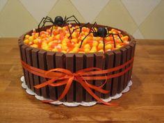 halloween cakes Need a cake and short on time? Kit Kats around the outside and Candy Corn on top make this a super easy and quick holiday treat! Bolo Halloween, Theme Halloween, Halloween Baking, Halloween Goodies, Halloween Desserts, Halloween Food For Party, Halloween Cupcakes, Halloween Treats, Halloween Birthday
