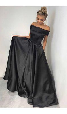 Rochie din Tafta Duchesse neagra - Diferentiaza-te imbracata intr-o rochie lunga de seara, superba, precum modelul din imagine. Este confectionata din Tafta Duchesse, cu umerii goi si inchidere prin fermoar in partea din spate. culoare: Negru rochie lunga de seara cu umerii goi lungimea rochiei: 155 centimetri Material: Tafta Duches