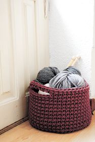 Crochet Diy Big Basket, made in one piece: free crochet pattern I'm going to try this with plastic grocery bags and a large hook. See if it will work as a laundry basket - Crochet Diy, Crochet Amigurumi, Crochet Home, Love Crochet, Learn To Crochet, Crochet Crafts, Yarn Crafts, Crochet Bags, Simple Crochet