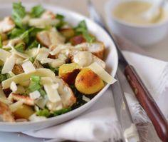 Caesar maaltijdsalade met gegrilde kip, romaine sla, opgebakken krieltjes en een lekkere hartige saus. Ideaal voor een snel diner of een goede lunch.