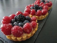 Tartelettes aux fruits rouges prêtes à être dégustées ! Waffles, Raspberry, Breakfast, Food, Fruit Tartlets, Red Berries, Pies, Pound Cakes, Recipe