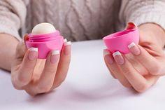 Lip Balm: 7 simples recetas para hidratar tus labios en casa Beauty Nails, Diy Beauty, Lip Balm Ingredients, Beauty Salon Interior, Chapped Lips, Beauty Logo, Us Nails, Beauty Blender, Your Lips