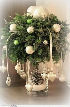 18 Amazing Christmas Centerpieces For The Cutest Christmas - Weihnachtsdeko selber basteln - Weihnachten Christmas Flowers, Noel Christmas, Winter Christmas, Christmas Wreaths, Christmas Ornaments, Christmas Candles, Christmas Hanging Baskets, Diy Ornaments, Green Christmas