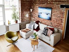 Best Stunning Living Room Decoration With Brick Wall Ideas The brick wall is an interior that can also be considered modern, people will imagine that they will be at odds with each other. But the last few year. Brick Wallpaper Kitchen, Living Room Chairs, Living Room Decor, Brick Room, Apartment Color Schemes, Turbulence Deco, Rustic Floating Shelves, Exposed Brick Walls, Interior Exterior