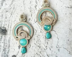 Entirely handmade earrings with soutache and crystals. Shibori, Handmade Necklaces, Handmade Jewelry, Diy Crafts Jewelry, Soutache Jewelry, Shopkins, Turquoise Earrings, Diy Earrings, Jewelery