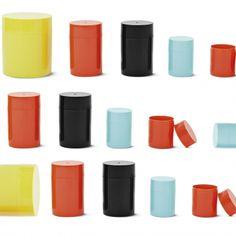 Få nye farver på dåser som du kan fylde med clips og perler og dimser og dutter. En stor koster en tyver, de to mindre udgaver koster en tier stykket. Alle tre fås i fire farver. 10 kroner.