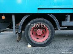 Gegen Wegrollen gesicherter alter Lastwagen mit roter Felge in der Bergstadt Oerlinghausen bei Bielefeld in Ostwestfalen-Lippe im Teutoburger Wald