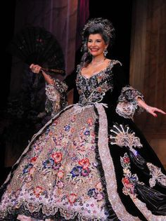 Martha Dandridge Washington was portrayed by Veronica Castillon, wearing a black velvet gown heavily embellished with Swarovski crystals and beaded flowers. ~gown weighed about 50 pounds while another source confided that it weighed 85 pounds. Elizabethan Costume, 18th Century Costume, Velvet Gown, Disney Princess Dresses, Royal Dresses, Gowns For Girls, Vintage Wardrobe, Period Outfit, Beautiful Gowns