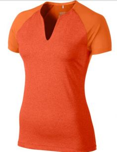 Camiseta Nike Golf Tour Mesh Top para mujeres. Camiseta Nike Golf con cuello redondo y ranura, fabricada con tejido Dri-Fit y costuras anatómicas, que se adaptan al cuerpo perfectamente