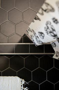 Kuusikulmaiset laatat, kylpyhuone, suihkuhuone, vessa. Black bathroom tiles. Bathroom floor, shower.