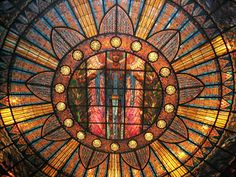 En el techo de la sala del Palacio de Bellas Artes se encuentra la lámpara de cristales, que fue diseñada por el húngaro Geza Marotti y en la que se representa al dios Apolo rodeado de las musas de las artes.