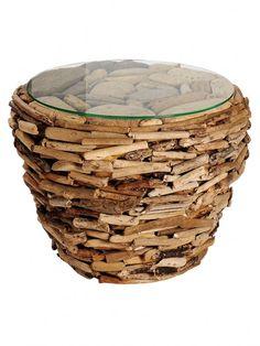 Deko aus Holz: Der urig-rustikale Look dieses Couchtisches passt ideal zu dem Holztrend. Dieses Modell  besteht aus Treibholz und einer Glasplatte. #homestory #homestoryde #home #interior #design #inspiring #creative