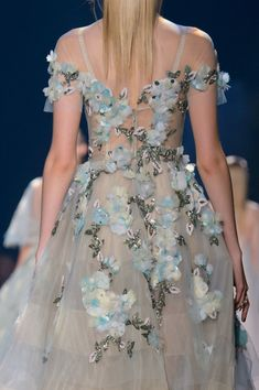 Marchesa at New York Fashion Week Spring 2017 - Details Runway Photos Fashion Week, Fashion 2017, New York Fashion, Runway Fashion, Fashion Beauty, Sweet Fashion, Style Haute Couture, Marchesa Spring, High Fashion Looks
