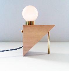 Vi på Skanska Nya Hem gillar den här lampan från Lean-To Lights. Light Table, Lamp Light, Lamp Design, Lighting Design, I Love Lamp, All Of The Lights, Types Of Lighting, Interior Inspiration, Light Fixtures