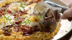 Breakfast Pizza is the weekend recipe you deserve: Hash brown crust + bacon + eggs = breakfast of champs! Breakfast Pizza, Breakfast Dishes, Breakfast Recipes, Breakfast Casserole, I Love Food, Good Food, Yummy Food, Tasty Videos, Food Videos