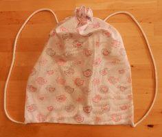"""Sacchetto zainetto in cotone con fantasia """"uccellini"""" rosa: chiudendolo si può portare in spalla - come portabiancheria, per il nido o la materna"""