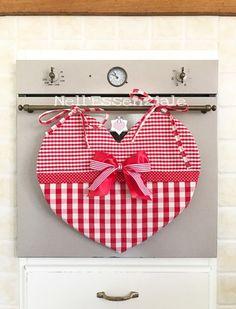 Copriforno Cuore di Natale in cotone 100%. Copriforno a forma di cuore realizzato in cotone 100%  Il Copri forno è fatto a mano con tessuto rustico in piu fantasie quadrettate e - 19372784