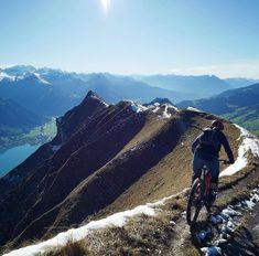 Was für ein traumhaft schönes Foto von @andyhaltair dazu noch ein köstliches Wintergedicht! Ein Gedicht: Liebes Velo du warst mir ein guter Freund doch nun ists vorbei das Bike im Keller es stinkt nach Fondue im Teller. Ausgewechselt wie ein alter Socken das Snowboard in den Startlöchern am hocken. Die Kälte wie sie uns schlaucht wo ist der Klimawandel wenn man in braucht! . . . #mtbswitzerland #mtb #trailslikethese