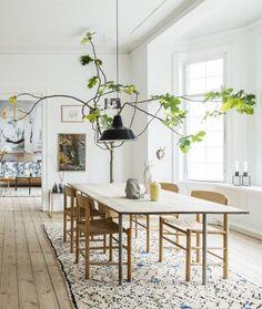 salle à manger scandinave, tapis marocain, suspension noire, table style scandinave