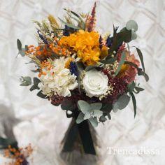 Olivia, ramo de novia con rosa y hortensia, con flor seca y preservada en tonos variados, naranjas, granates y verdes. Rosa blanca, hortensia blanca y naranja, paniculata y ghypsophyla preservada, eucaliptus. #ramo #novia #rosa #hortensia#flor #seca #preservada #naranjas#granates #verdes#paniculata #ghypsophyla #eucaliptus. Wedding Mood Board, Wedding Bouquets, Floral Wreath, Wreaths, Table Decorations, Flowers, Dried Flower Bouquet, White Hydrangeas, White Rose Flower