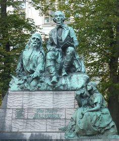 Elias Lönnrot Emil Wikströmin veistämänä - 1800-1900-luvun vaihteesta lähtien Suomalaisen Kirjallisuuden Seura vakiinnutti asemansa perinteen- ja kirjallisuuden tallentajana ja tutkimuslaitoksena. Tieteellisenä Seurana se oli maan tärkein humanistisen alan seura, josta polveutuvat lukuisat historian, kielen, kirjallisuuden ja kansanperinteen tutkimusseurat. Nykyisin seuraan kuuluu n. 4 000 jäsentä.