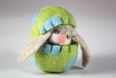 Needle Felted Easter Bunny in a Wool Felted Easter Egg Miniature Easter Decoration on Etsy, R$68,61