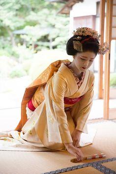 Maiko. Katsuna. #japan #kyoto #geisya #geiko #maiko #kimono