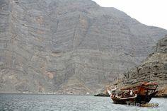 Loď na poloostrově Musandam (Omán)