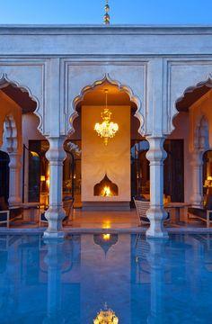 Palais Namaskar#Niché au cœur d'un somptueux décor, entre les montagnes de l'Atlas et les collines de Djebilet, le Palais s'inscrit dans une architecture orientale et contemporaine. Sa décoration est signée du designer franco Algérien Imaad Rahmouni. C'est un lieu unique qui mélange luxe et sérénité, en plein cœur de la Palmeraie de Marrakech.#Grand luxury hotels#19,4,7